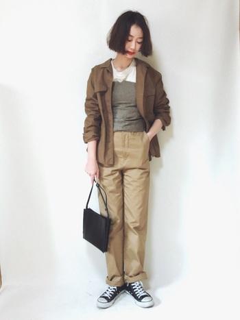 柔らかな素材感のジャケットとチノパンには、かっちりめのポシェットを。メンズライクなコーディネートを、女性らしく引き締めてくれます。