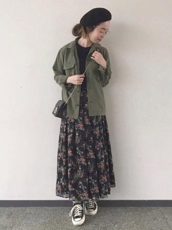 存在感のある花柄の柔らかなスカートには、かっちりとしたコンパクトなショルダーバッグで着こなしに強弱をプラス!