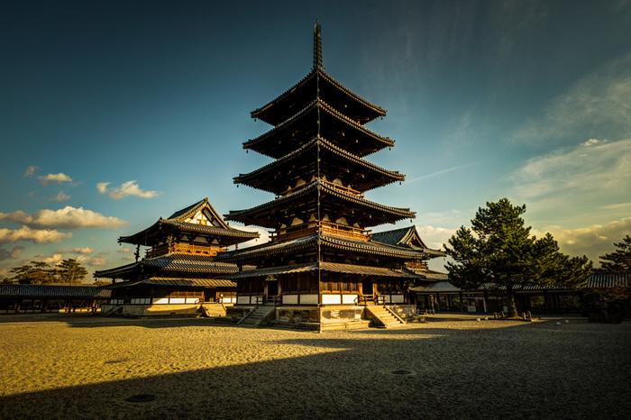 高さ約32.5メートルの法隆寺五重塔は、日本最古の五重塔です。また、木造五重塔としては世界最古のものであり、国宝に指定されています。