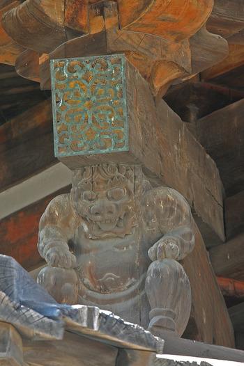 飛鳥時代に創建された五重塔をじっくりと眺めてみましょう。瓦や建物を支える支柱には、木製の彫像を見かけることができます。四季の温度差が大きく湿度の高い日本の風土において、創建から1300年以上と時間を経た今でも木が朽ちることなく、創建当時の姿を留める様は、飛鳥時代の建築技術の高さを私たちに物語っているかのようです。