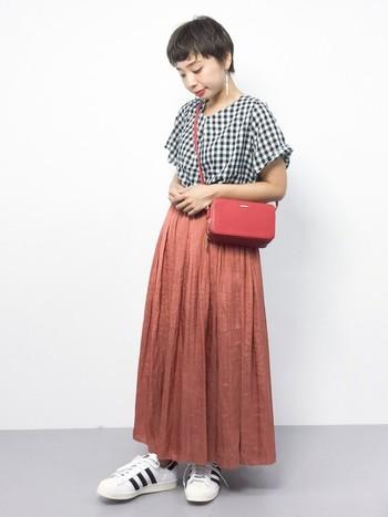 スカートと同系色のバッグにすることで、まとまり感が生まれます。ウエストの位置にバッグが来るように斜めがけすると、全体がバランス良く見えますよ。