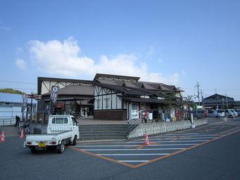 大和路へぐりくまがしステーションは、法隆寺近くにある道の駅です。ここでは、奈良県の特産物などが販売されているほか、カフェも併設されています。