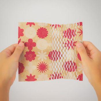 ざらりとした手触りのクラフト紙。縦にスリットが入っているので、引っ張るとこんな風に伸びるので『のび紙』と呼ばれています。瓶などの割れ物を送る時のラッピングとしてぴったりですね。