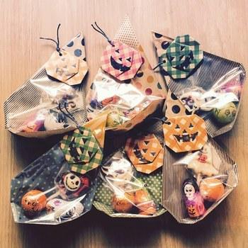 ハロウィンのお菓子には、こんな見えるラッピングはいかがですか?折り紙で折ったかぼちゃを飾り付けて、ハロウィン気分いっぱいに♪