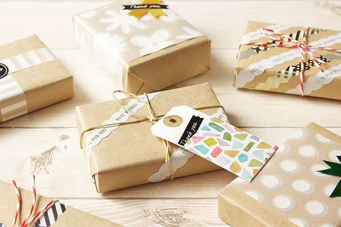 包装紙の上に透け紙を巻き付ければ、シンプルだけど品のある、とっておきのプレゼントに!紙ひもで十字に結んだり、タグを巻きつけたり、贈る人を思い浮かべながらのラッピングも素敵ですね♪