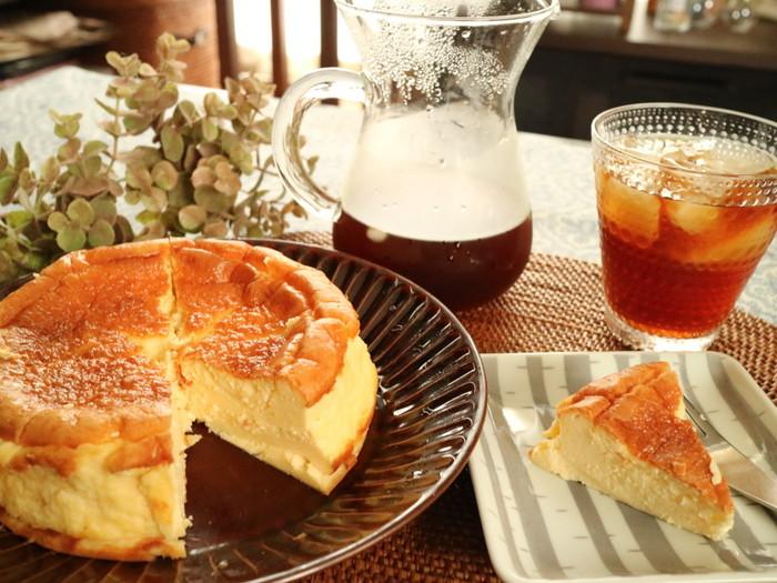 手作りのチーズケーキも器にこだわるだけでカフェ風に変身。植物やお花を飾っておもてなしをするのもいいですね。