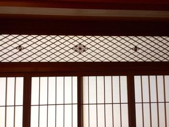 「菱組子に麻の葉文様」・・・千本格子の縦横の線、そして菱格子の動きのある斜めの線が変化ある組格子。