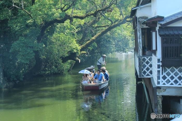 柳川の川下りは、お堀めぐりです。約410年前、柳川城築城のおりに、城下町を形成するために人工的に堀を掘って整備されました。「どんこ舟」で赤煉瓦の並倉や白いなまこ壁などを通りつつ、船頭の舟唄と共にのんびり舟の旅を楽しむことができます。