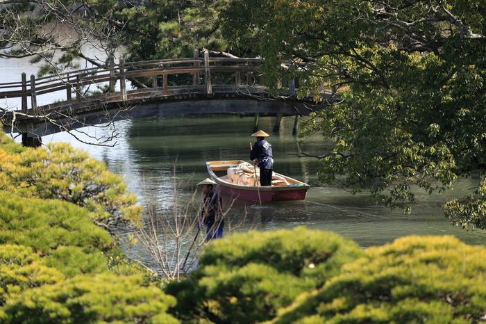 御花の横も通って行きます。柳川藩五代藩主が当時御花畠と呼ばれていた地に築いた別邸です。 森と池は当時のまま残されており、現在の建物および庭園は、明治後期に大改修され現在は料亭旅館・資料館となっています。平成23年、敷地全体(約7,000坪)が「国指定名勝 立花氏庭園」として追加指定されました。