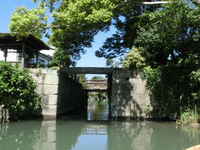 城の防御用に築造された水門を通って、いざ川下りへ。