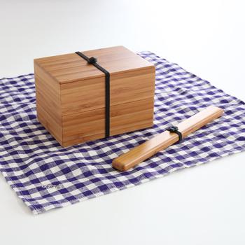 公長齋小菅(こうちょうさいこすが)により生み出された二段弁当箱。竹の集成材を使用しており模様も美しいだけではなくお手入れも楽ちん。お弁当箱としてはもちろん、食卓用の器としても使えたりと使い方も様々。お弁当もよりおいしく感じられそうですね。