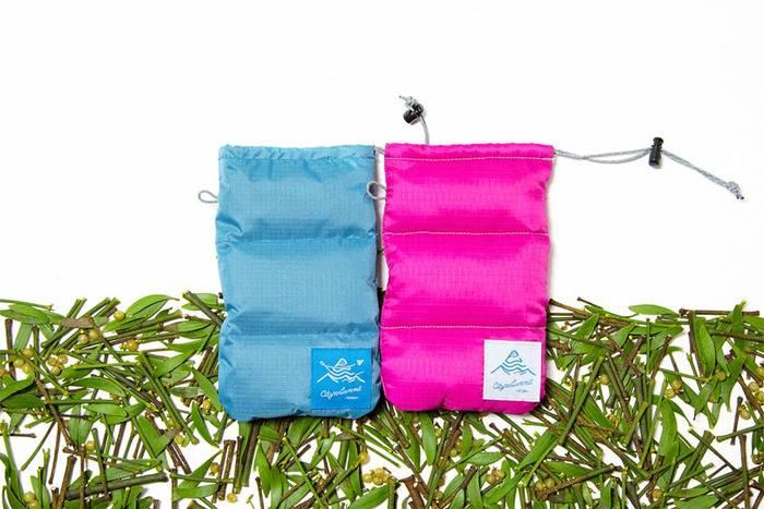 こちらは、「Paper Sky」とのコラボ商品の、サングラスケース。発色鮮やかなスカイブルーとピンクがはっと目を惹きます。