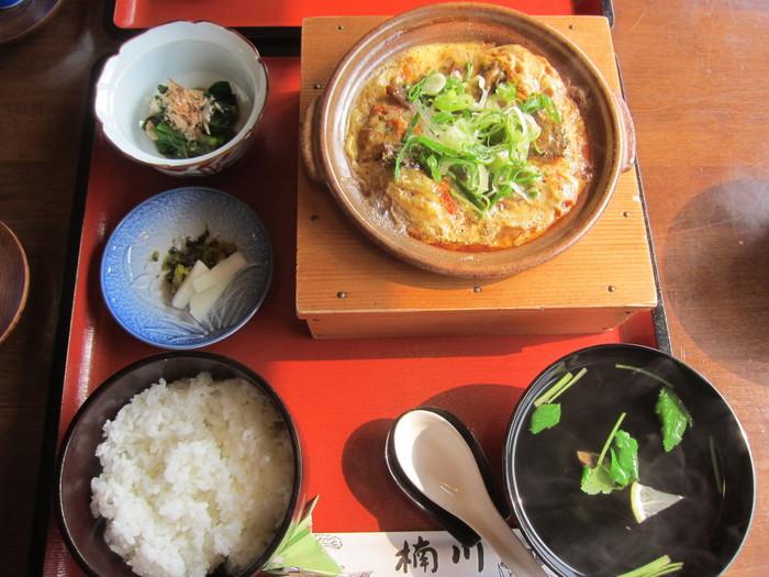 全国的に有名な「柳川鍋」も、もちろん柳川名物。土鍋にささがきごぼうを敷き、どじょうを入れ、とき卵をかけて弱火で煮た素朴な料理です。