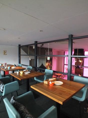 ロフトのような作りの2階部分。 1階のオープンキッチンの照明とペールブルーのインテリアのコントラストがおしゃれです。