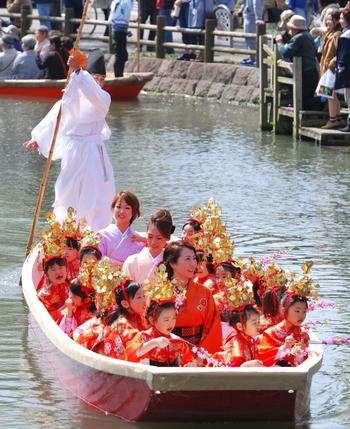 例年2月から4月はじめは「柳川雛祭り さげもんめぐり」が開催されます。目玉の「お雛様水上パレード」は例年多くの人が訪れ、賑わいます。
