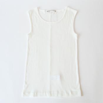 例えば麻の白いシャツを着るとき。欠かせないのが白いインナーではありませんか?ブラのラインも覆ってくれるので、きちんと感には欠かせないアイテムです。胸元のカットが浅めなのもポイント。