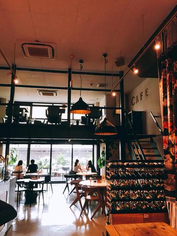 シーンに応じてフロアが選べる、元倉庫をリノベーションしたスタイリッシュな空間。隅田川沿いでは貴重なリバーサイドカフェです。複合施設「Mirror」の1~3階にあり、インテリアにもこだわったおしゃれな店内。1階は吹き抜けのある開放的な空間となっています。広い店内は賑やかに楽しむのも、景色を眺めながらのんびりするのも自由自在。