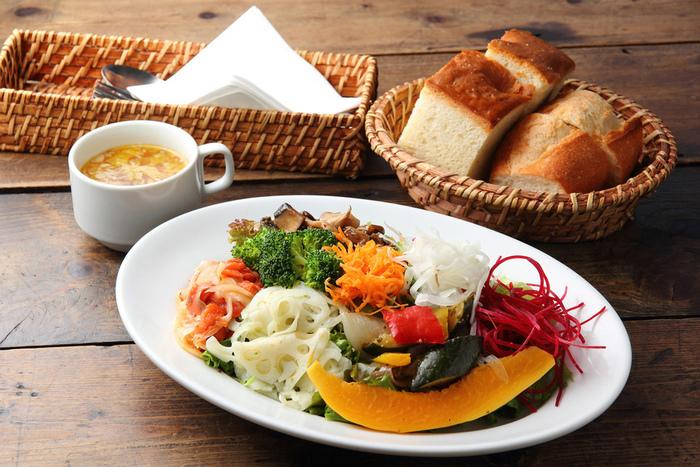旬の食材で作ったカジュアルビストロ料理が人気です。契約農家から直送のとれたて野菜をふんだんに使い、パーティーメニューも充実。
