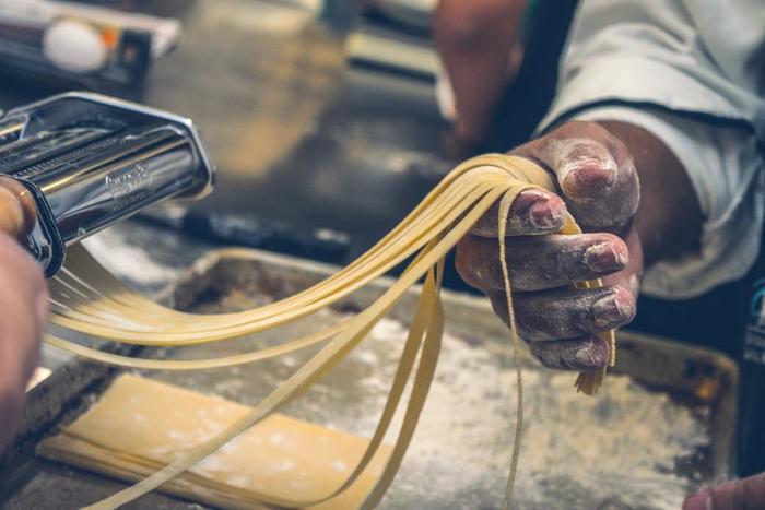 パスタの形や種類は豊富ですが、みなさん普段どのような形のパスタを使われていますが?本場イタリアでは、パスタの種類は約500種類とも600種類とも言われていて、今でも毎年新しいパスタが、イタリアのどこかで生まれているのだから驚きです。