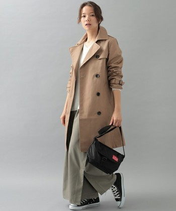 大人の女性の休日スタイル♪カジュアルなロングスカート×スニーカーというリラックスコーデもトレンチを羽織れば一気に洗練された印象になります。袖をクシュっとたくし上げるのも抜け感を出すポイント。