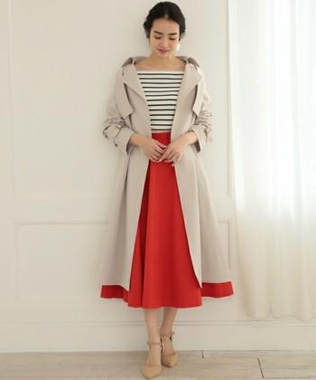 まるでドレスのような女性らしさを持った、この「テロンチ」にはボタンがありません。ふわりと羽織った後はベルトをきゅっと締めるだけ。フィット&フレアは女性らしさの象徴です。