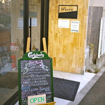 スタッフ全員が早稲田大学に通う学生さんということでも話題のカフェ。「滞在者の生活を10°だけ変えるカフェ」というネーミング通りの、日常とはちょっと違う空間を提供してくれる、おひとりさまでも心地良く過ごせる場所です。