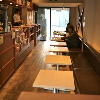 1階は1人がけソファ席となっていて、電源やWi-Fiが全席完備されています。23:30まで営業しているので、読書や試験勉強、仕事などにも利用するお客さんも多いとか。