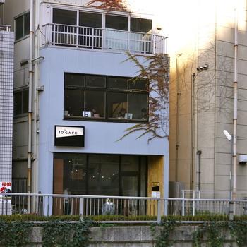 神田川沿いというロケーションながらも、高田馬場駅から徒歩3分と使い勝手のいいカフェ。カフェらしいカフェがない学生街の中では、シンプルでおしゃれなスペースです。ノマドワーカーにもおすすめですね。