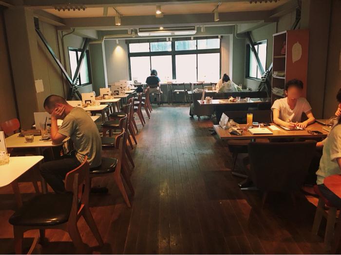 階は複数人で使えるテーブル席と、神田川が眺められる窓際のカウンター席でゆったりと。こちらでも電源やWi-Fiが全席で使えます。