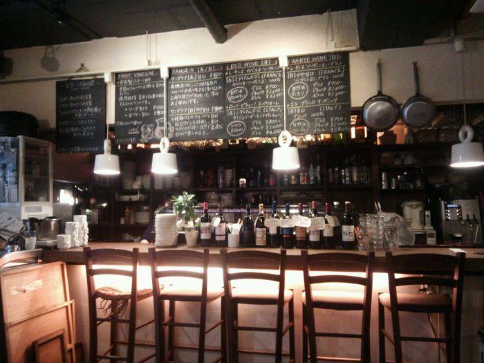 ワインの種類も豊富で、カフェの定番メニューとともに楽しめます。