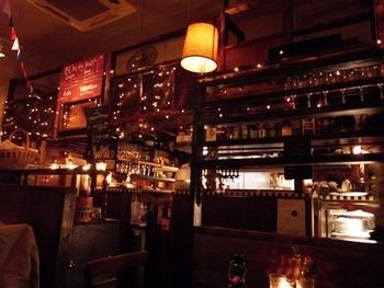 フランスのビストロっぽい感じの店内は、夜に訪れるとさらに雰囲気の良さがわかります。