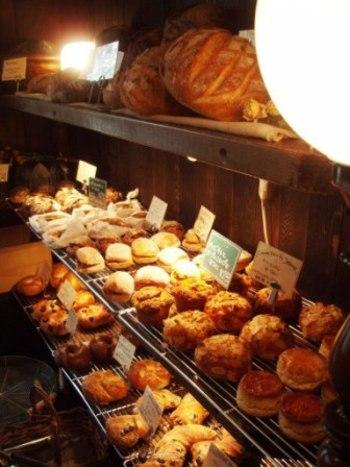 焼きたてのパンも販売しています。イートインもできるので、お料理と一緒にせひ味わってみて。