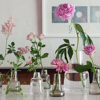 ちょっとオシャレなフラワーベースを飾るだけで、カフェ気分が味わえますよ。お花の色を統一するとGOOD。
