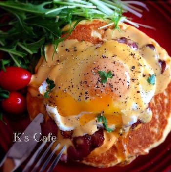 パンケーキのエッグベネディクト。簡単にできるのに本格的な見た目で家カフェメニューとして最適です。朝食にオススメ!