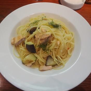 「スパゲッティーニ」は、一般的なスパゲッティよりも細く、太さが1.2㎜から1.6㎜までを言います。細めのスパゲッティーニに対し、太めのスパゲッティは「スパゲットーニ」と言われることもあります。【適したソース & 料理】あっさりとした汁気のあるオイル系や、冷製パスタによく合います。