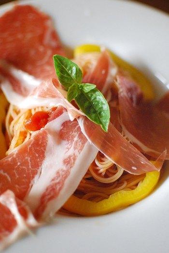 「カッペリー二」は極細のロングパスタです。太さは1.0から1.1mmでイタリア語では、「髪の毛」という意味。ちなみに1人分の分量ごとまるく一塊になっているカッペリー二は「カペッリ・ダンジェロ / 天使の髪の毛」と呼ばれています。【適したソース & 料理】カッペリーニは、スープや先ほど述べたスパゲッティーニ同様で、冷製パスタ、オイル系の和風パスタにも相性が良いようです。