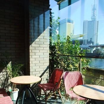 窓から外の景色を楽しみながら、ゆったりとした時間の中でお食事を楽しんでみては?