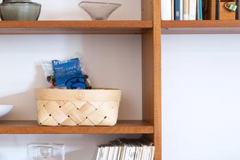 日用品をバスケットに入れて収納しておくだけでも、雑然とした感じが家カフェっぽさに変わります。バスケットの色は同じもので合わせることがポイント。かわいい布をかけてもいいですね。