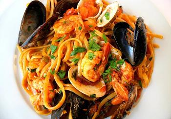 リングイーネは、楕円形の平たい断面が特徴です。イタリア語では「舌」という意味だそう。【適したソース & 料理】ジェノベーゼ・魚介類のソース、クリーム系とも絡みが良いパスタです。