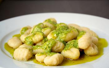 ショートパスタの元祖とも呼ばれ、古い歴史を持つニョッキ。イタリア語では「こぶ」という意味があります。他の種類のパスタはセモリナ粉で作られるのに対して、ジャガイモと小麦粉で作られるのが最も多いです。しかし様々なニョッキがあり、ほうれん草やカボチャなどを練り込んだものもあります。【適したソース・調理】濃厚なソースとよく合います。クリームやチーズソース、トマトソースとクリームを合わせたトマトクリームなど。