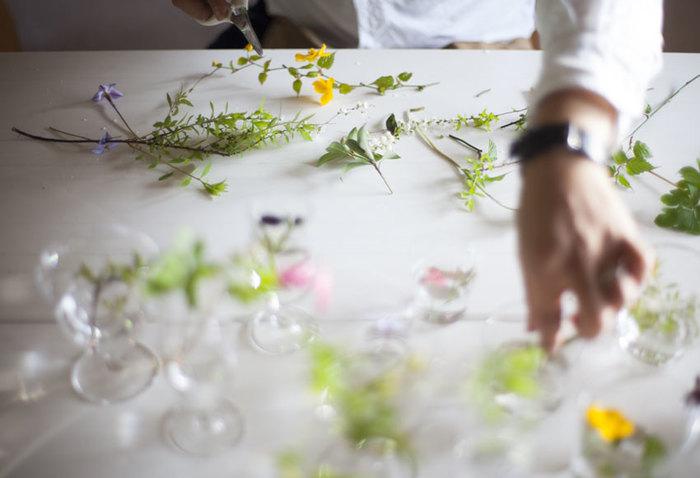 料理にぴったりのお皿を選ぶのと同じように、お花に似合う花器を選ぶのも楽しいもの。いただきものの花束からこぼれた一輪や、庭に咲いた季節のお花を、ぜひお気に入りの小さな花瓶で飾ってみて下さいね。
