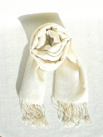 手織りで丁寧に作られたオーガニックコットン100%の薄手のストール。黄色の糸で、さりげなく縞模様が入っています。シンプルなデザインなので、どんなファッションにもしっくり馴染みそう。