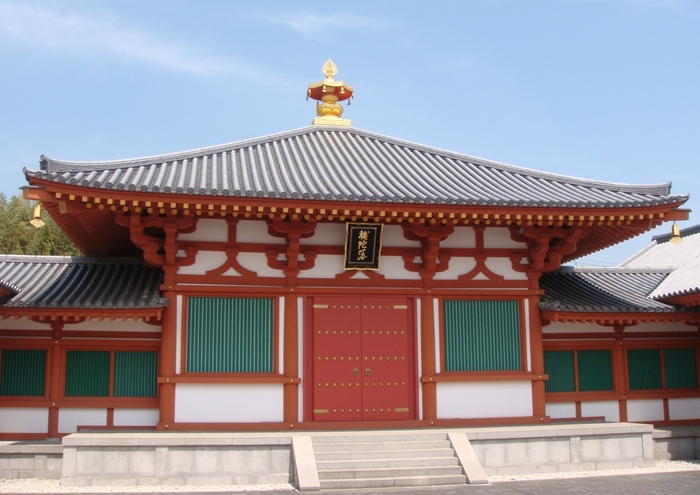白壁と朱色をした柱のコントラストが美しい建物、法隆寺大宝蔵殿は、1998年に完成したもので、法隆寺内では比較的新しい建築物です。ここには、百済観音像、玉虫厨子などに代表される国宝が安置されており、法隆寺が歩んできた悠久の歴史が展示されています。