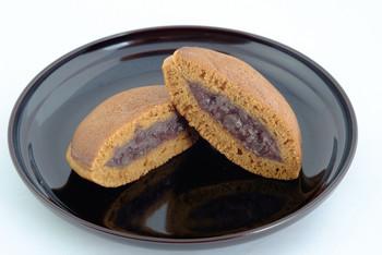 まるでパンケーキのような食感のふわふわしたほんのり甘い生地は、黒糖の風味と餡のおいしさが引き立つように工夫されています。ころんとした丸みのある形もかわいく、粒あんがふんだんに使用されているのがわかる贅沢な一品!