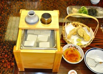 京都の名物といえば、やっぱり【湯豆腐】ですよね。 南禅寺の湯豆腐には、江戸時代初期頃からの古い歴史があるんですよ。