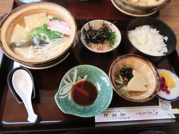 「湯豆腐定食 梅」は出汁のおいしさに定評があります。出汁を残さず飲み干してしまったり、ご飯にかけてお茶漬けにしてしまったりする人もいるほど。