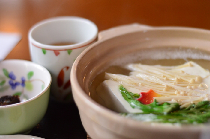 とはいっても湯豆腐で有名なお店って、どこも高級な老舗ばかりですよね。カジュアルに楽しみたい方には少しハードルが高いです。 そこで、リーズナブルに楽しめるお店を3つご紹介します。