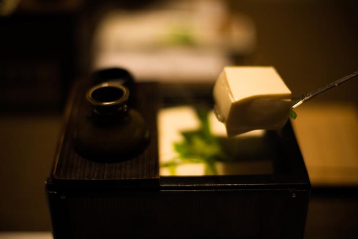 せっかく京都にきたのなら、やっぱり本物に出会いたいですね。創業300年以上の老舗で、湯豆腐を楽しんでみるのもおすすめです。 味はもちろん、お店の歴史を感じながら頂く湯豆腐は格別ですよ。
