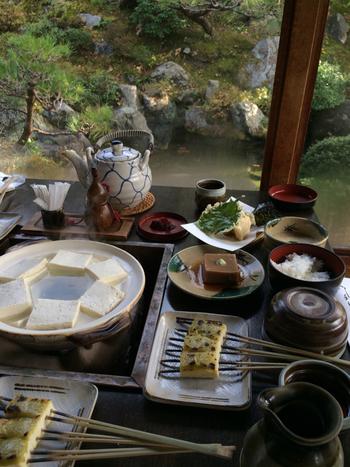 滋賀県北比良地方の地下水、お店の地下室で抽出した天然のにがり、滋賀県の比良地方の契約農家で無農薬栽培によって育ってられた大豆を使ったお豆腐が頂けます。
