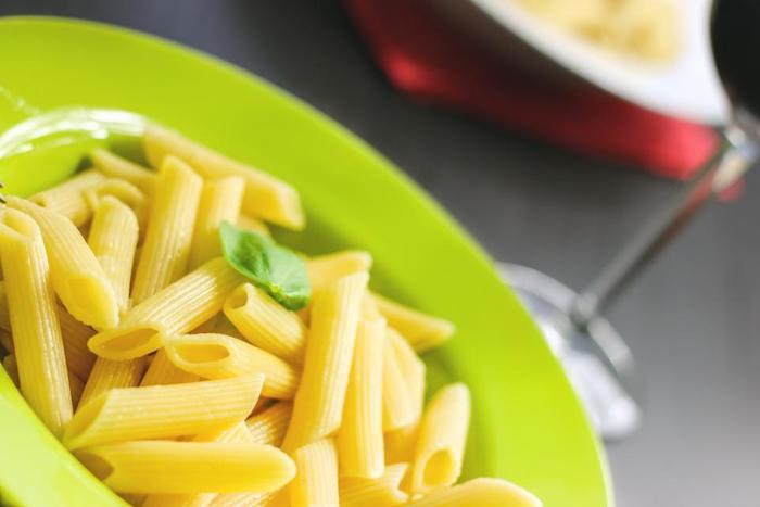 イタリア語の意味は「ペン」。円筒状で万年筆のペン先のようにナナメにカットされているのが特徴的です。表面にスジが入りパスタソースと絡ませやすいものと、スジが入っていないものがあります。【適した料理・ソース】ペンネ・アラビアータ(唐辛子入りのトマトソース)やクリーム系のグラタン。